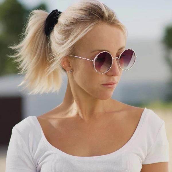 blonde women wear SOLFUL Ibiza sunglasses JANIS violet
